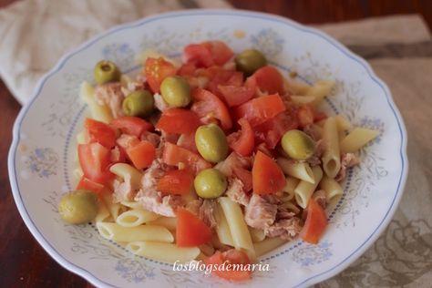 Ensalada de macarrones con atún, tomates y aceitunas