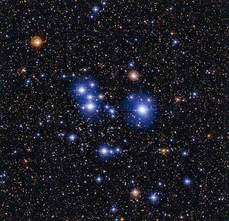 Diamanti cosmici Fotografia European Southern Observatory  Alcuni oggetti caldi di recente formazione scintillano nell'ammasso chiamato Messier 47. Il colore azzurro chiaro delle stelle indica una temperatura più elevata rispetto a quella delle stelle marrone rossiccio visibili sullo sfondo.   Messier 47 si trova a circa 1.600 anni luce ed è relativamente giovane rispetto all'ammasso gemello Messier 46.