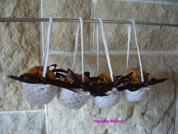 Košíček na velký ořech Háčkovaný košíček z bílé Sněhurky s hnědou stužkou. Stužka je jen přivázaná, dá se vyměnit za jinou barvu. Košíček není škrobený. Výška košíčku i s uchem je cca 14cm. Místo ořechu jde dovnitř vložit třeba šiška.
