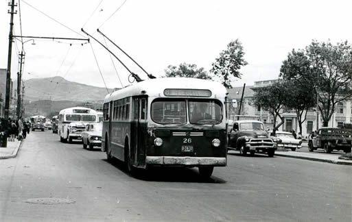 En 1962 Bogotá tenía 25 trolleys. Este bus cubría la ruta 12 de Octubre- La Hortúa  Debido a la fuerte presencia financiera de la Federación Nacional de Cafeteros en la firma que manejaba el transporte en Bogotá, muchos trolebuses (en particular los procedentes de Rusia) fueron adquiridos mediante canjes por café.
