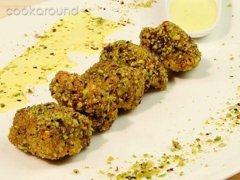 Bocconcini di pollo impanati ai pistacchi con salsa al curry: Ricette di Cookaround   Cookaround
