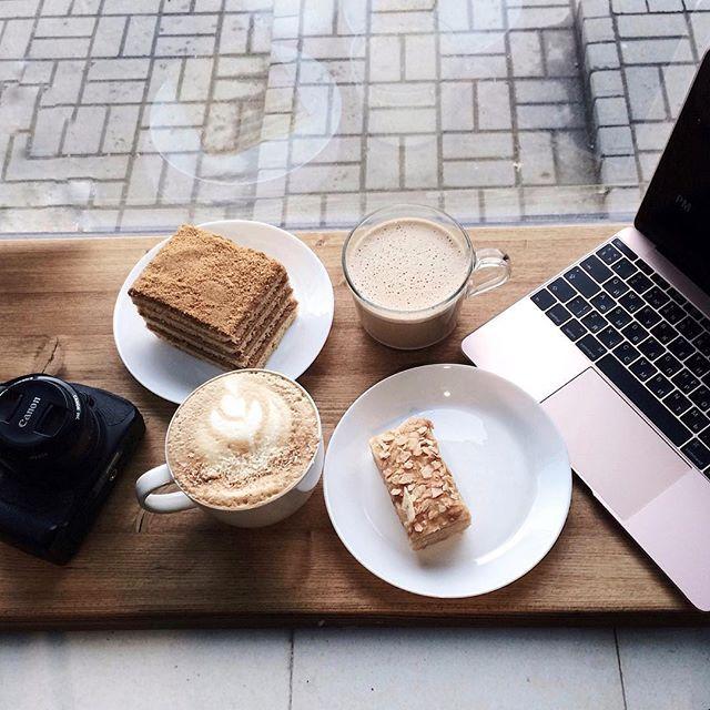 Первые выходные после тяжёлой рабочей недели - к а й ф 🙌🏻 Ведерко латте пожалуйста и огромный кусок медовика 💁🏻 Но все-таки капучино для меня всегда останется фаворитом, латте слишком сладкий. А какой вид кофе любите вы? ☕️ Или отдали сердце чаю, воде, соку?) . . . . . . . . #спб #питер #vscospb #russia #vscocam #vscogood #vscoview #vscoeurope #vscorussia #vscodaily #liveauthentic #livefolk #vscofood #vsco_hub #justgoshoot #vscocity #goodmorning #vscofashion #nothingisordinary…