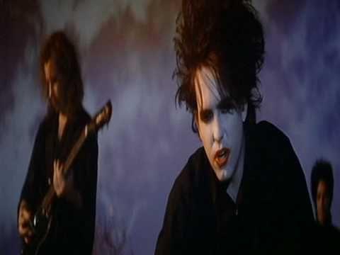 """The Cure - Just Like Heaven (1987) tercer sencillo lanzado por la banda para su álbum de 1987, Kiss Me, Kiss Me, Kiss Me, La canción se convirtió en el primer éxito de la banda en Estados Unidos y en 1988 alcanzó el número 40 en las listas de Billboard. Robert Smith líder vocalista de la banda ha dicho que considera a """"Just Like Heaven"""" uno de los temas con mayor potencia de The Cure."""