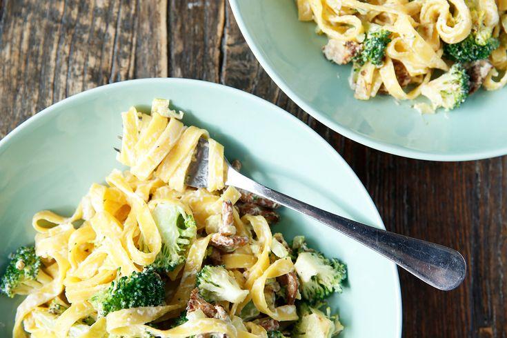 Kremet pasta med brokkoli og sopp er min go-to rett på travle dager. Kjapt, mettende og godt! Jeg har noen ulike varianter jeg lager, akkurat denne er med kvarg. Retten går raskt å lage. Bruk fullkornspasta for å gjøre det mer mettende. Brokkoli bidrar med bl.a. vitamin C og folat, mens sopp gir konsistens og ...read more →