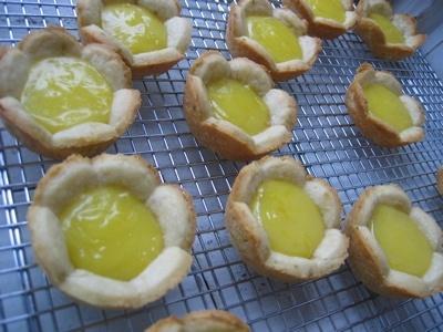 We Love Food & Drinks: Lemon Filling, Sugar Cookies Recipes, Lemon Pies, Cookies Cutters, Minis Lemon Tarts, Lemon Cookies, Lemon Curd Tarts, Big Flowers, Cookie Recipes