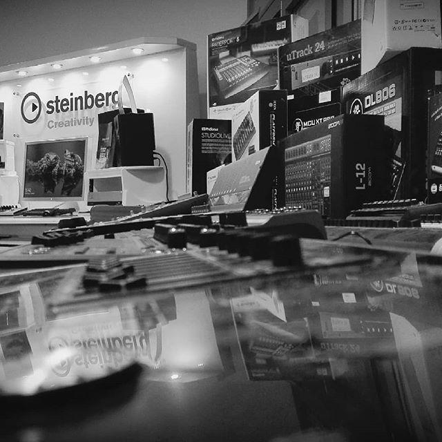 Hier ein Snapshot unserer Studioabteilung Hamburg.  #recording #musikgeschäft #hamburg #homestudio #recordingstudio #mobilerecording #cubase #steinberg #wavelab #dorico #mikrofone #blogger #youtuber #usbmic #twitch #streaming #audiogear #justmusic #justmusichamburg