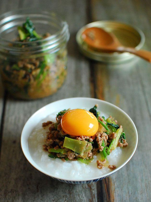 7分粥程度の食べ応えのある粥に仕上げる方がおすすめ。七草が揃わない場合は、大葉やかぶの葉、小松菜、春菊、せり、大根の葉、ほうれん草をそれぞれ粗く刻んでも美味。|『ELLE gourmet(エル・グルメ)』はおしゃれで簡単なレシピが満載!