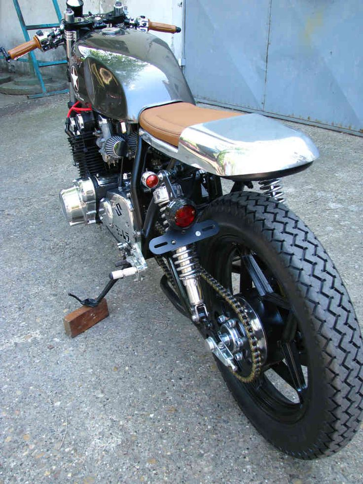 STARDUST Caferacer Suzuki GS 750 1978  Specifications Wiseco pistons, big-bore 822 ccm Kibblewhite valve springs Intake manifold and exhaust refurbished and polished. KEIHIN SV26 Carburetors fitted with Dynojet kits TRW-Lucas clutch plates and spri