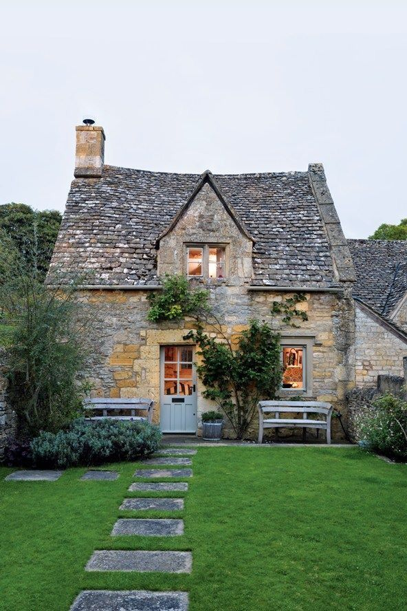 Cette maison aurait bien besoin d'une rénovation de sa toiture pour vivre une seconde jeunesse