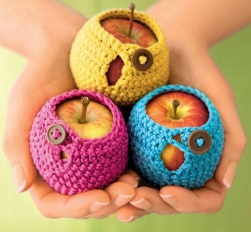 Für euch: unsere Anleitung für die Mollie Makes DIY Apfeljäckchen zum Häkeln! | Crocheted apple cozies! #DIY #Haekeln #crochet