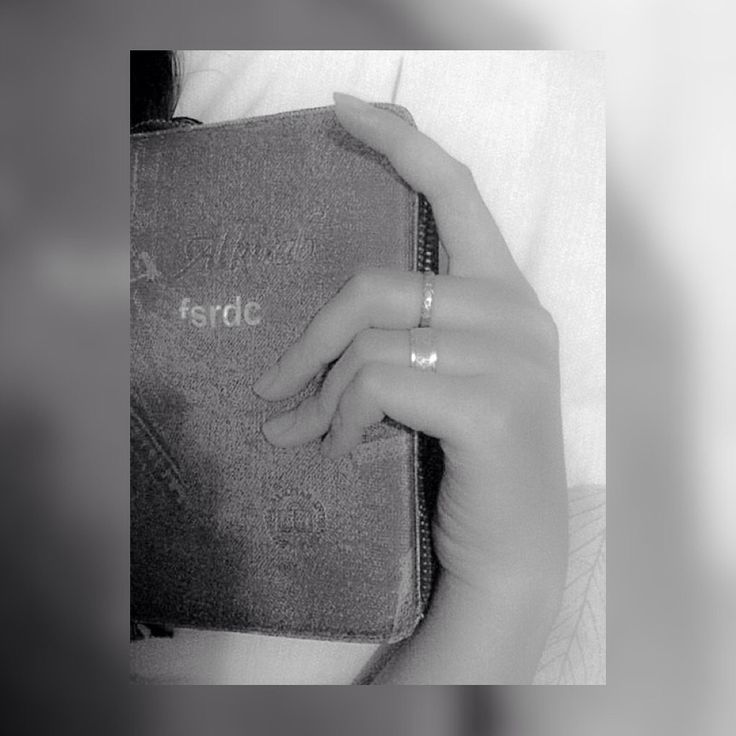 Im living by faith. #bible #woman #hand #detail #bw_photography #bnw #sugoicapture