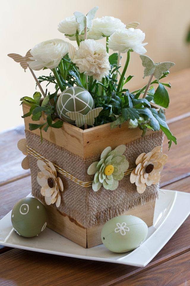 Une vue d'un pot de fleur en bois comme une décoration de Pâques