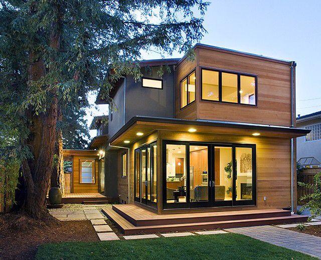Дом с большими окнами из камня и деревянная обшивка