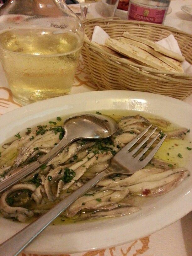 Sardoncini marinati, piadina e vino bianco