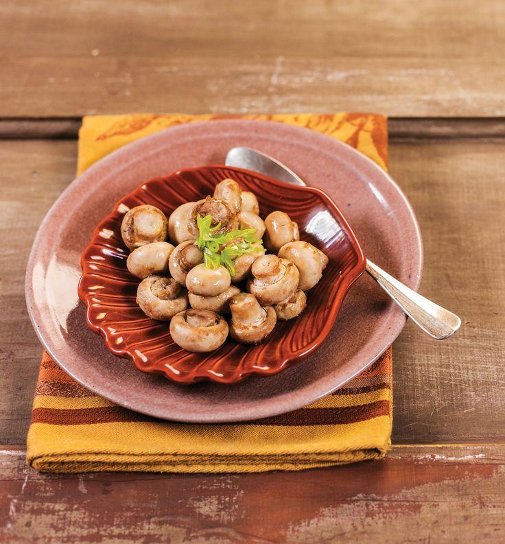 Cogumelos assados com shoyu e gengibre | Receita Panelinha: Você não precisa fazer nada, nem cortar os cogumelos. Basta temperar com shoyu, gengibre e azeite — e o forno trabalha por você.