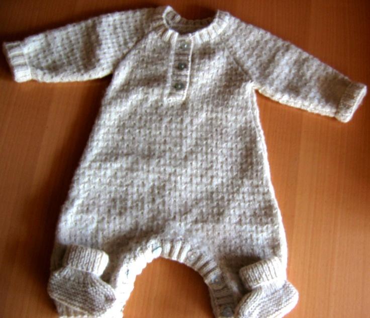 La combinaison et les chaussons en Baby Superwash, coloris laiteux