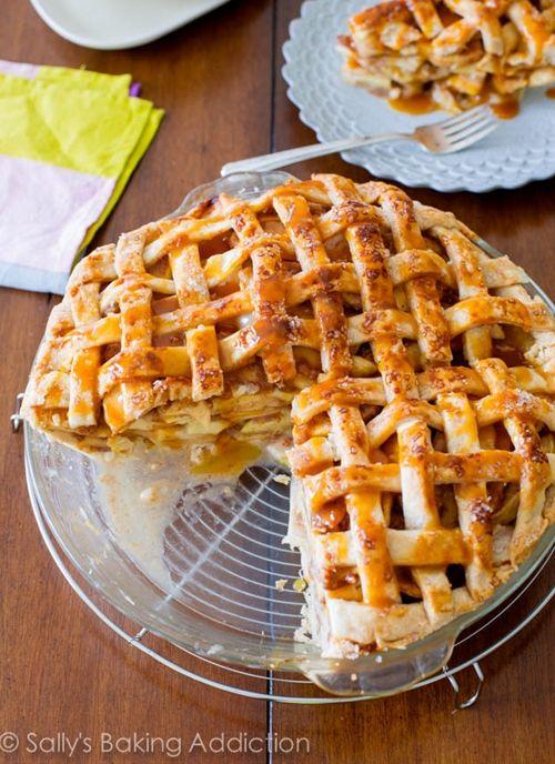 Salted caramel apple pie!  Den er virkelig god, husk masser af æbler for at få højden på, og hold igen med saltet til karamellen, hvis alm. Smør bruges. Afprøvet fredag den 18/10