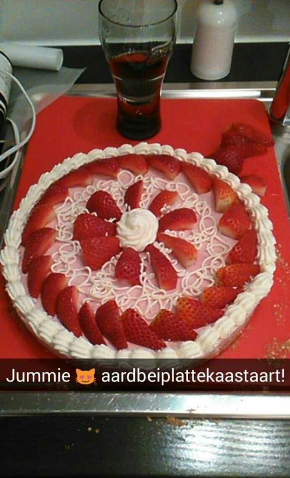 500 gram magere platte kaas 200 gram fijne suiker 1 zakje vanillesuiker 250 ml room  300 400 gram rode vruchten om te mixen + extra om te versieren Koekjes  6 gelatineblaadjes