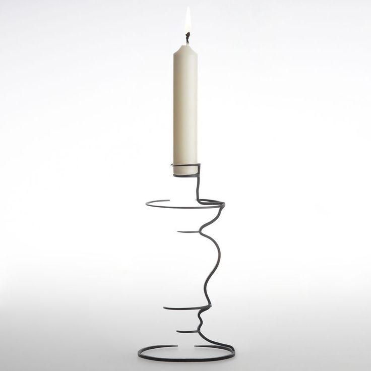 Maya Selway 'Kishu' - Haar voorwerpen die lijken op half afgewerkte schetsen van vazen, kandelaars en schalen leverden de Britse ontwerpster Maya selway de tweede prijs op in de categorie 'Object' van de Interieur Design Award 2012 tijdens de biennale in Kortrijk.