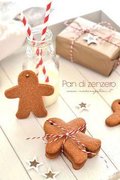 I biscotti Pan di Zenzero sono un classico di questo periodo natalizio, Sono biscotti ottenuti da un impasto molto speziato dal sapore pungente, le spezie protagoniste assolute di questa ricetta sono la cannella, lo zenzero, la noce moscata, i chiodi di garofano ridotti in polvere e miscelata a farina, zucchero di canna, uova e solitamente miele anche se la mia versione prevede il burro.