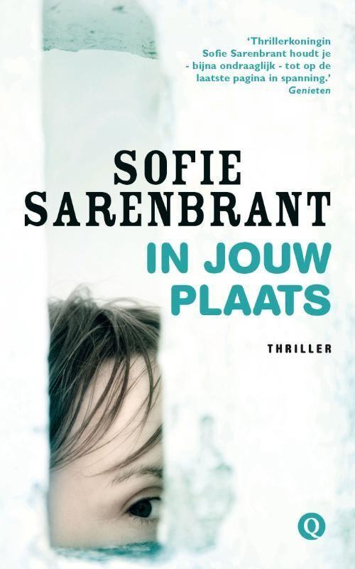 In jouw plaats - Sofie Sarenbrant Zestien jaar na de dramatische verlopen ontvoering van een zwangere Zweedse vrouw gaat haar dochter uitzoeken wat er nu precies is gebeurd.