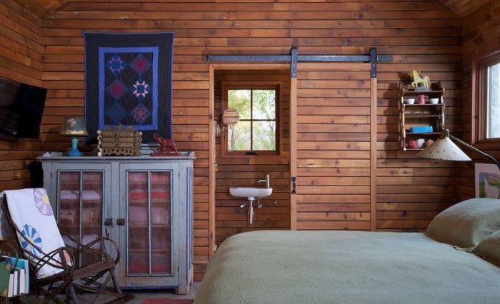 Интересные раздвижные двери между комнатой и ванной, что может быть еще более…