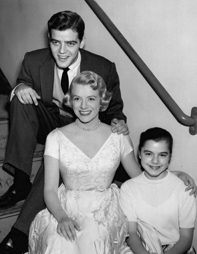 Description Nick, Rosemary and Gail Clooney 1957.JPG