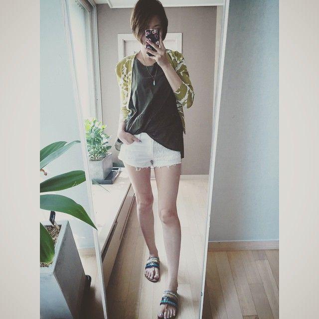 # 요렇게 신어두 이쁘공- 저렇게 입어두 이쁘네- 애니멀패턴 가디건과 에스닉 샌들 그리고 흰반바지?!!! . Animal pattern cardigan with ethnic sandal and with short pants?!!! . . . . #ootd #daily #dailylook #shoefie #슈스타그램 #패피녀 #style #fashion #데일리룩코디 #줌마그램 #줌마스타그램 #줌스타그램 #옷스타그램 #셀스타그램 #미러샷 #거울샷 #전신샷 #패션 #스타일 #데일리룩 #instadaily