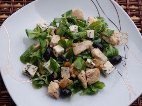 Monia miesza i gotuje: Sałatka z kurczakiem, oliwkami i serem pleśniowym