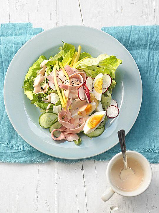 Würziger Chefsalat mit Schinkenstreifen und Ei