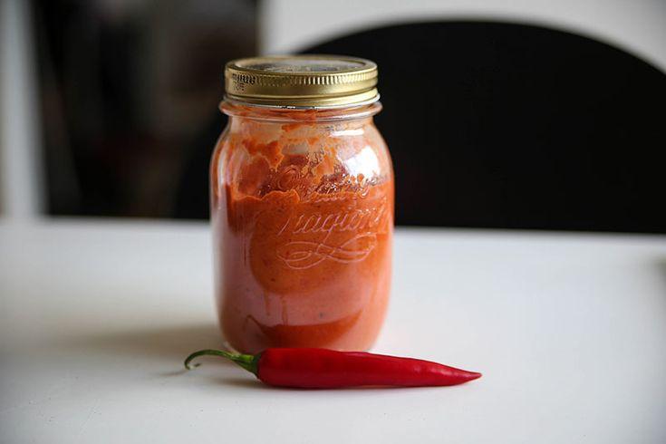 Mangler du lidt nemt, spicy tilbehør til dine snacks eller aftensmad? Så prøv denne hjemmelavede chilidip med enten egne eller købte chilier.