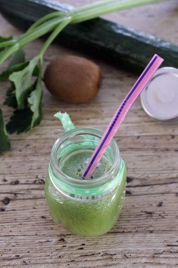 """Jus vert """"Détox"""" à l'infiny press de Moulinex (pomme, céleri, concombre, kiwis)."""