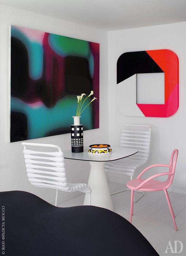 Обеденная зона. СтолKat сделан хозяином для Redi, белые стулья Bounce— дляGufram, а розовый— прототип для марки Maiori. Ваза Rocchetto по дизайну Этторе Соттсасса, блюдо Cauliflower сделано Натали дюПаскье дляMemphis. Настене работы Петера Циммермана иГерольда Миллера.
