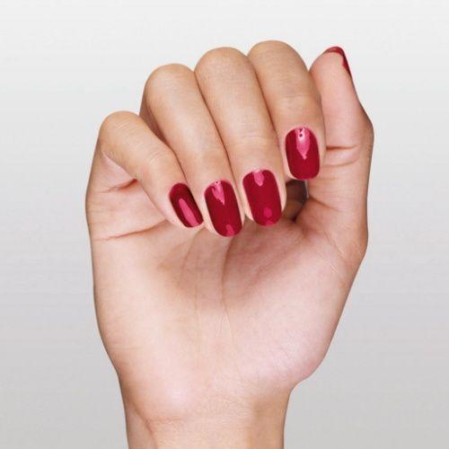 Rouge Sienne - Eine glättende Lack-Textur, die bereits beim ersten Auftragen deckt. Der flache Pinsel ermöglicht ein präzises und gleichmäßiges Auftragen des Nagellacks. Dermatologisch getestet. #yvesrocher #nails #nagellack
