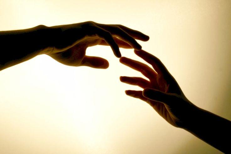 CLAVES,COMUNICACIÓN,CONSEJOS,RELACIONES  TACTO: AFECTO SIN PALABRAS  Muchos de nosotros nos sentimos dolorosamente inhibidos para tocar a otras personas o dejarnos tocar por ellas, aunque sean seres queridos. No es difícil descubrir las razones de ello. La mayoría de las personas tiende a relacionar todo contacto corporal con la lucha o la sensualidad, cosas ambas que aparecen cargadas de innumerables tabúes ...