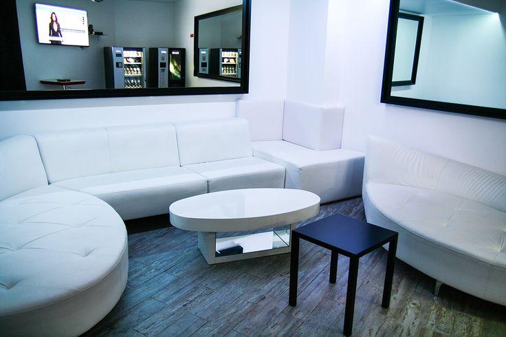 Sala de convívio com maquinas de bebidas e café