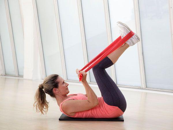Mit den einfachen Theraband Übungen trainieren Sie den ganzen Körper - und zwar…