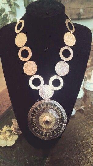 Collar en cobre texturizado y esmaltado con crin