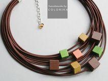 Collar de la materia textil con cuentas de madera
