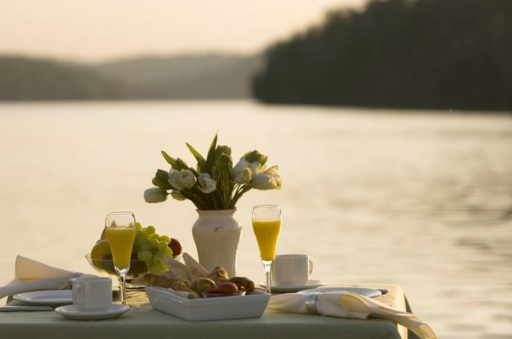 Le petit déjeuner à la Pourvoirie Auberge du Lac-à-l'Eau-Claire, à St-Alexis-des-Monts... magique !  Photo: Laforest et Sabourin /  http://www.tourismemauricie.com/membre/pourvoirie-auberge-du-lac-a-leau-claire****