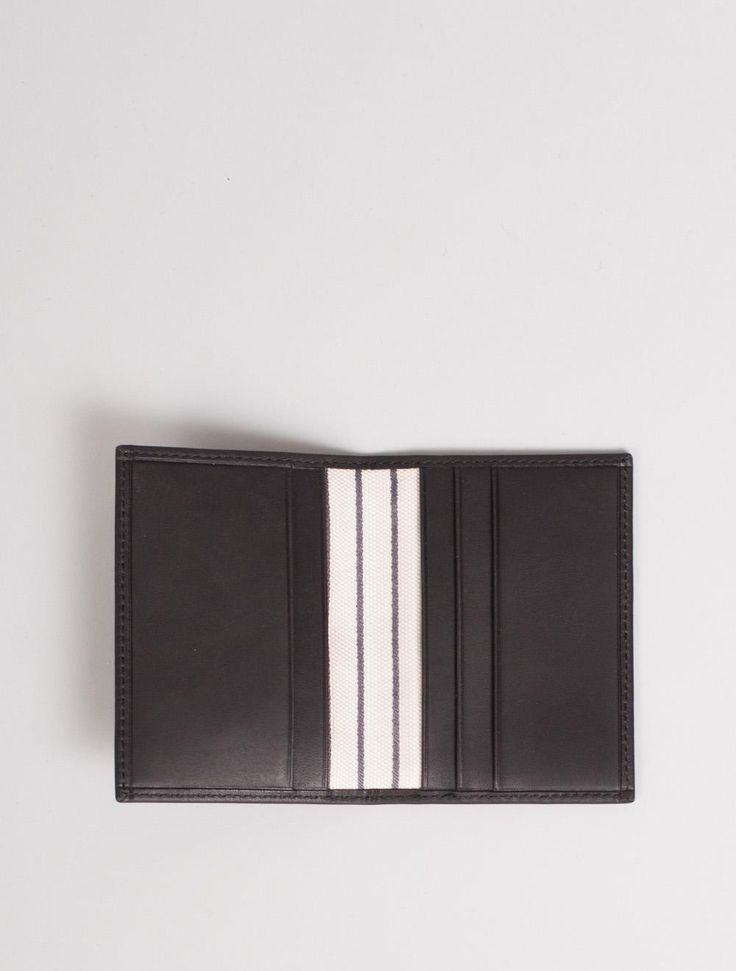 Klassisk og flott kortmappe i skinn fra Mismo. Farge: Black. L: 7 cm H: 10 cm.