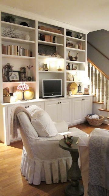 love the bookcase.: Southern Comforter, Living Rooms, Built In, Books Shelves, Builtin, Chairs Slipcovers, Curious Details, Bookshelf Ideas, Families Rooms