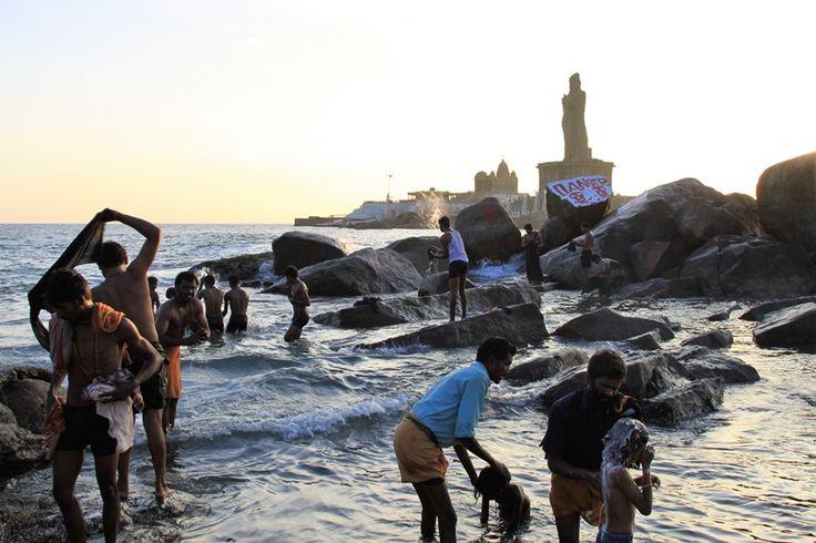 Bagni e abluzioni a Kanyakumari nel punto di incontro di tre mari: il Golfo del Bengala, il Mar Arabico e l'Oceano Indiano. Foto di Samuele Fracasso