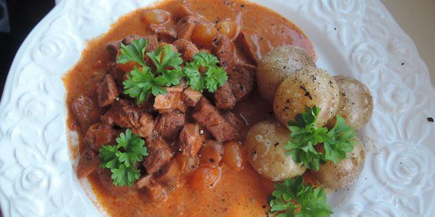 Porc au vin serveret med ny kartofler