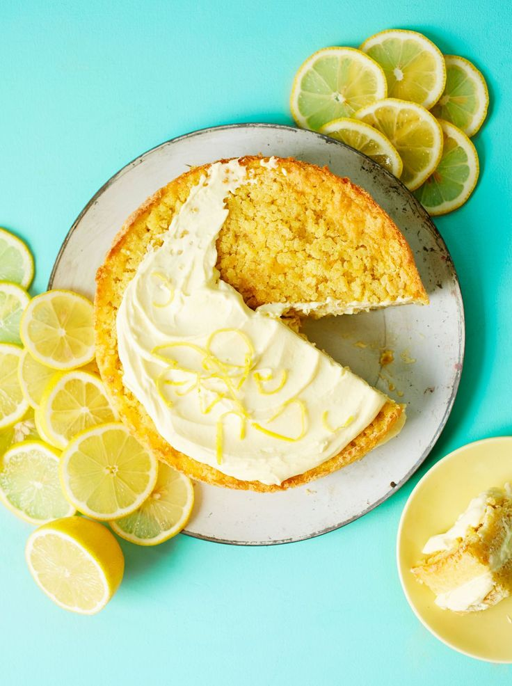 Gluteeniton sitruunakakku valmistuu kvinoasta. Kyllä vain. Kvinoa antaa kakkuun paahteista makua ja rapsakan rakenteen.