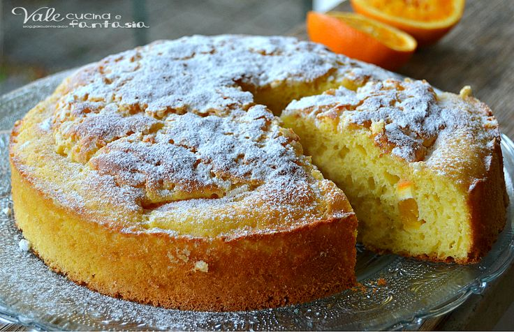Torta con succo di arance e mascarpone 4 uova 159 grammi di zucchero semolato il succo di 2 arance 125 grammi di mascarpone 1 arancia tagliata a pezzetti 300 grammi di farina 00 1 bustina di lievito per dolci granella di zucchero zucchero a velo