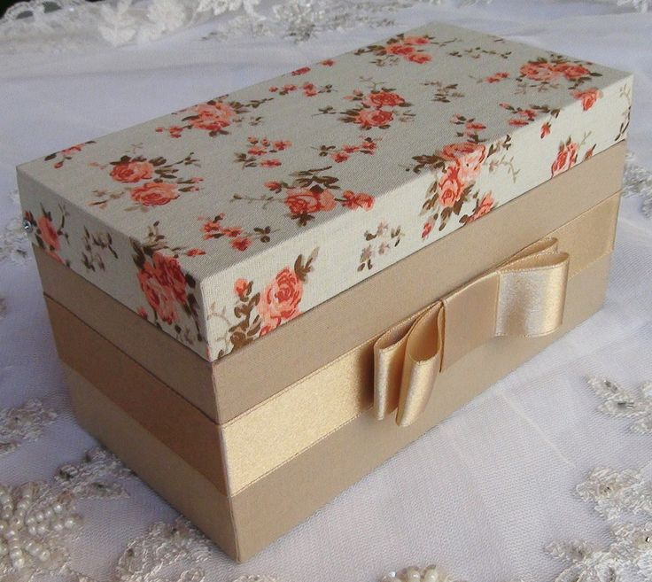 Caixa em MDF forrada com tecido 100% algodão. Detalhe em cetim.