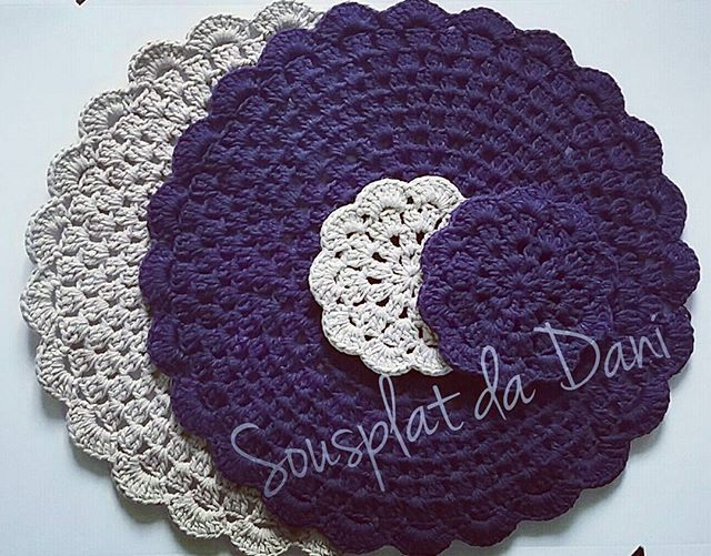 Bom dia!!! Sousplat e porta copos cores caqui e roxo!  Good Morning! Sousplat and Coaster khaki and purple colors! #sousplat #sousplatdadani #sousplatdecroche #portacoposdadani #crocheteira #crochê #croche #crochet #vidadecrocheteira #artesa #artesanato #handmade #maisamornasuamesa #Fortaleza #Messejana #presente #Ceará #mesaposta #meseiras #bomdia #casamento #bodas #noivas #artecomeuroroma #madeinceara #Brasil #brazil #handicraft #handcraft #madeinbrasil
