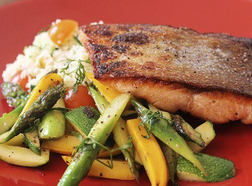 Salmón sellado con cous cous y verduras salteadas.