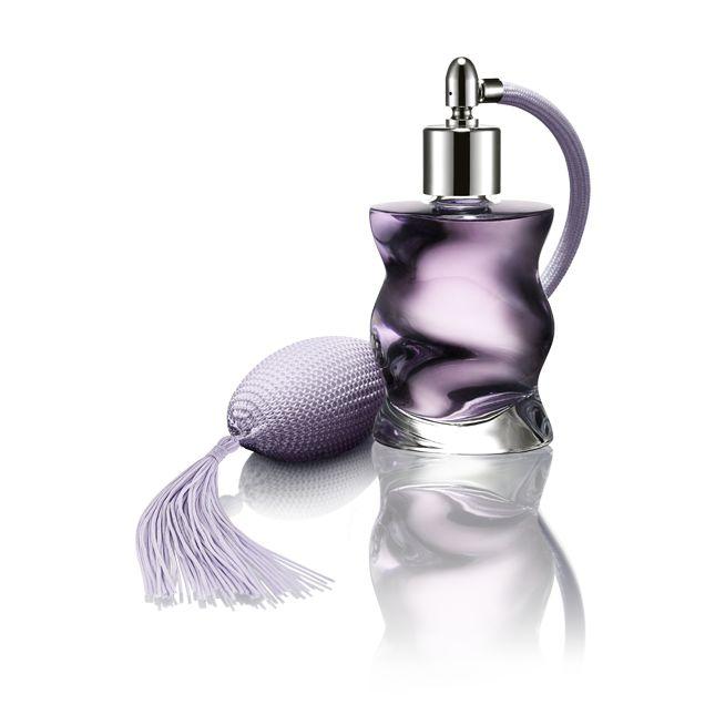 Grace Eau de Parfum - Lambang aristokrat modern, inilah eau de parfum luar biasa yang mengawali keharumannya dengan aroma memikat dari rempah-rempah. Disusul dengan aroma feminin yang berasal dari Indian jasmine, velvety violet dan regal carnation. Aroma cashmere wood dan vetiver mengalir ke aroma patina untuk mengakhiri keharuman wewangian prestisius ini. 50 ml.